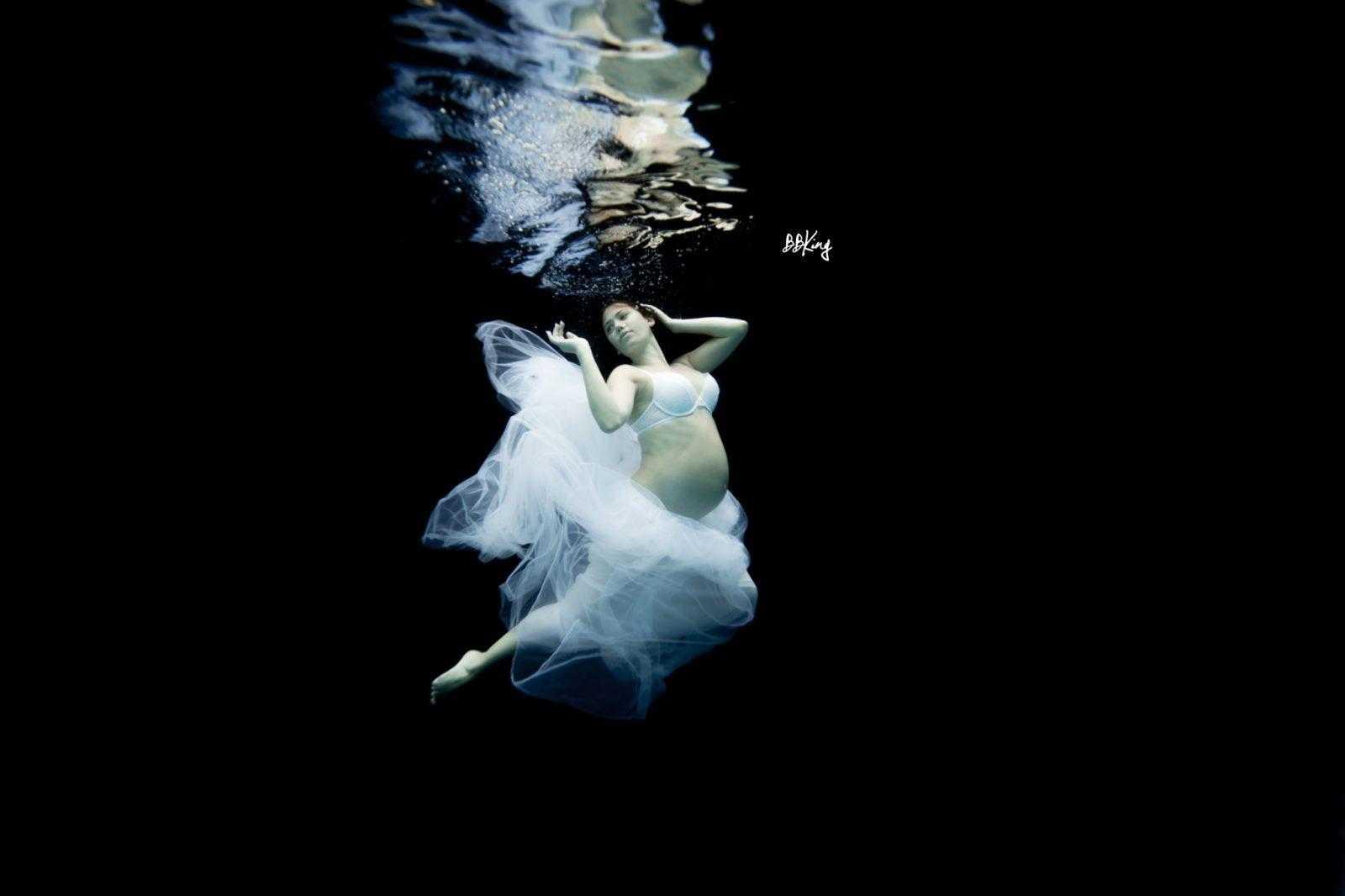 Séance photo grossesse dans l'eau dans le 06