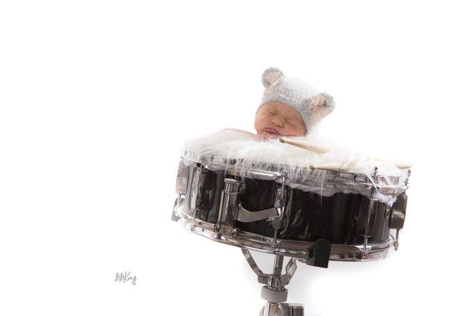 photographe pro bébé avec accessoires musique proche Nice