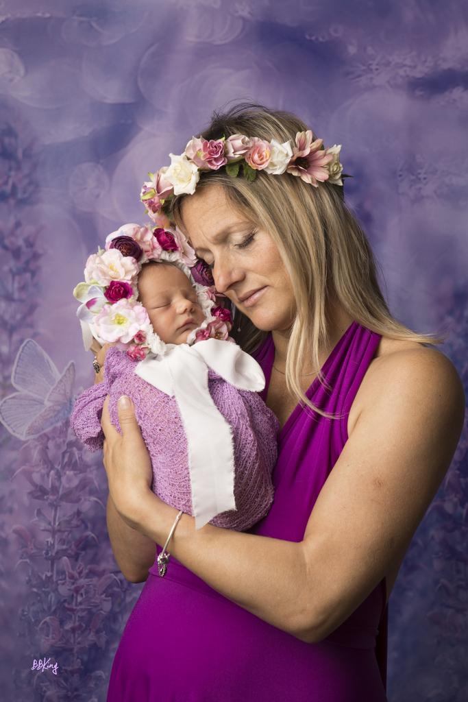 photo bébé avec maman et accessoires fleuris à saint laurent du var